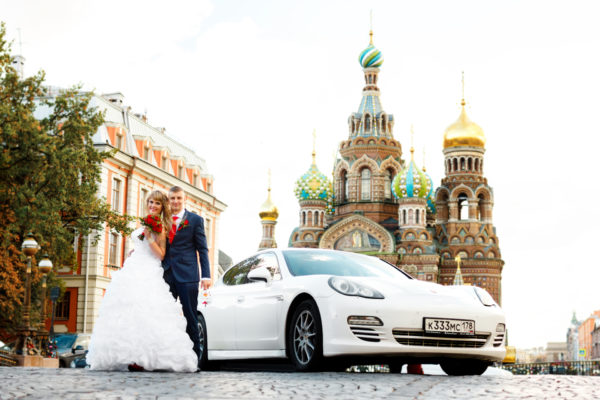 Свадебное фотосессия с автомобилем