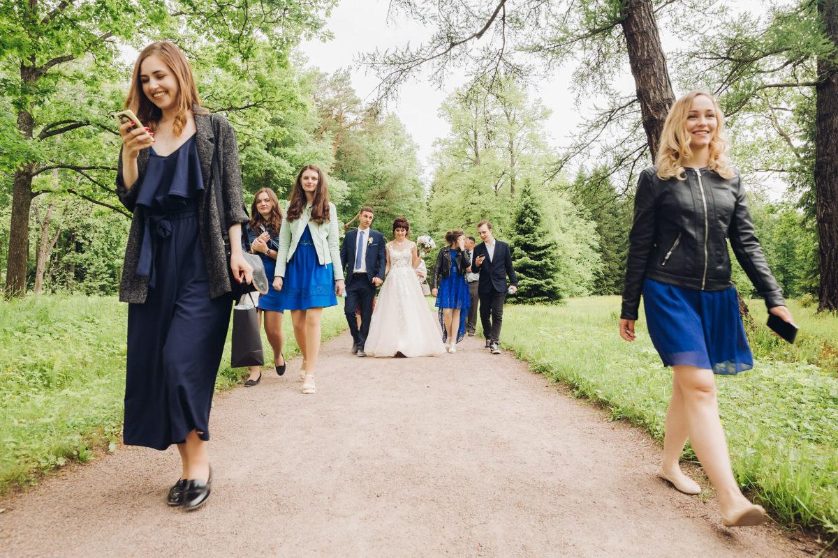 свадебная прогулка с гостями